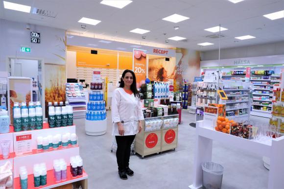 Kizhan Amin är butikschef i det nyöppnade Apoteket Kronan som ligger vägg i vägg med Stora Coop.