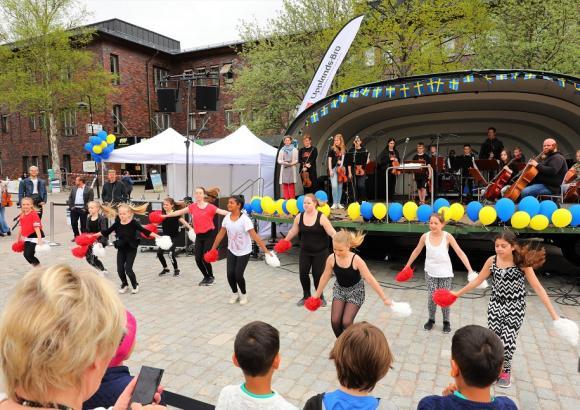 Kulturskolan har många elever och stort utbud att välja bland. Olika dansgrupper, instrument av alla de slag och teater. Många av grupperna fanns på plats på KungsFesten för att visa upp sina kunskaper.
