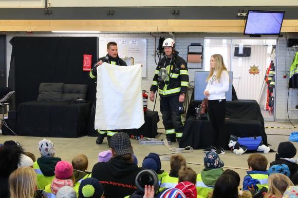 En brandfilt är bra att ha! Förutom brandfilt bör man också ha brandsläckare. Brandvarnare SKA man ha! Med fungerande batteri i!