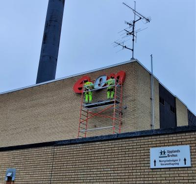 E.ONskylten och den skortsensprydda värmeanläggnigen är ett landmärke i Bro.Nu ska byggnaden rivas och det ska göras plats för något nytt.