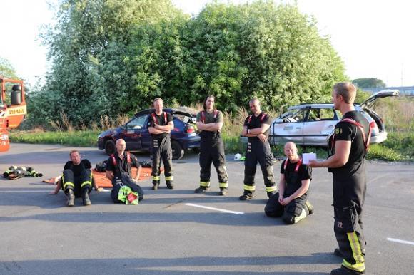 Genomgång! Steg för steg går Gusten och Mattias och övriga brandmän igenom scenariot. Vilka val gjorde de? Hade något kunnat göras annorlunda? Hur snabbt gick det? Gusten tog tid och övriga fick gissa hur lång tid det tog från larm till Elias var lastad i ambulansen. Nyttigt!