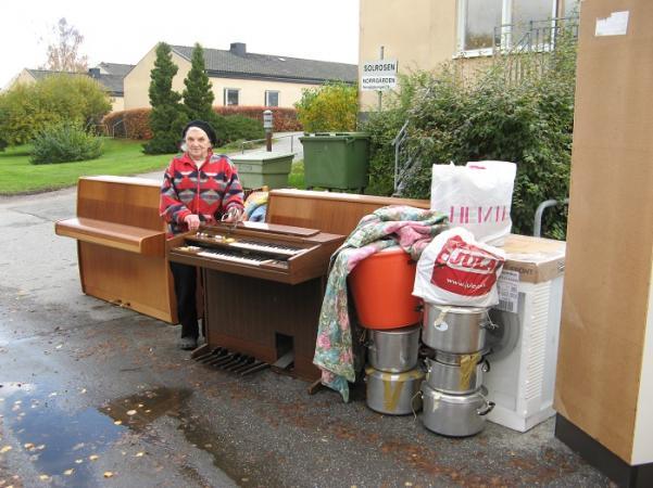Här står Anna vid hjälpsändningens skatt; två pianon, en elorgel, en garderob, stora kokkärl och en ny tvättmaskin.