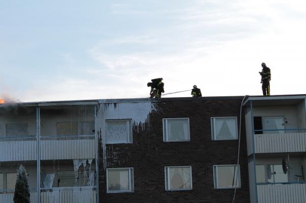 Här kapar man upp taket för att ordna en brandgata och på så sätt ordna ett naturligt stopp för branden.