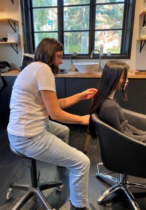 En tumstock ingår inte i den vanliga frisörutrustningen! Eftersom håret som skänks till den organisation som Felicia valt, Little princess Trust, ska vara minst 41 cm långt är det viktigt att Jeanette mäter ordentligt innan hon tar till saxen.