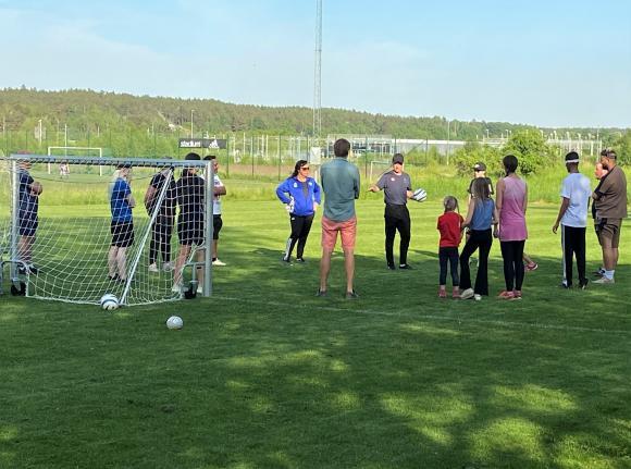 Mark Blake från Mälarhöjdens IK är på plats på Bro IP för att hjälpa klubben att starta ett para-fotbollslag. Här går han igenom ett av kvällens träningsmoment, individuell bollhantering.