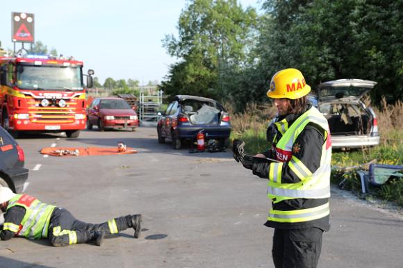 Mattias tittar över bilens konstruktionsritning som han fått fram genom att knappa in registreringsnumret på bilen. Med hjälp av den informationen kan brandmännen klippa upp bilen på bästa sätt.
