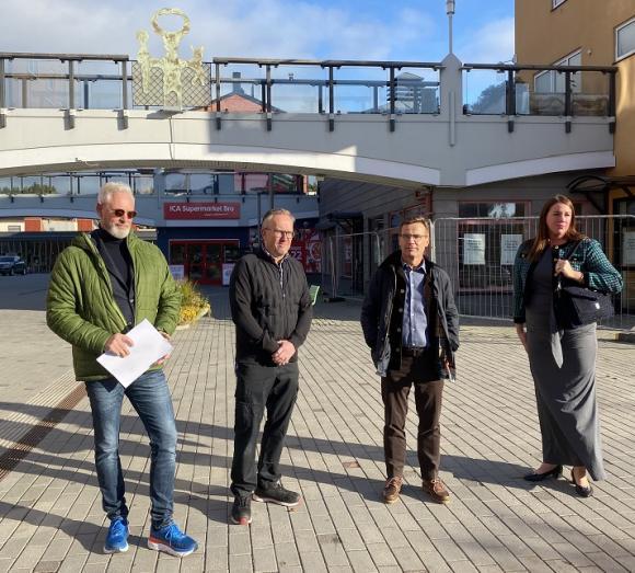 Kommunstyrelsens ordförande Fredrik Kjos, Ica-Örjan, Moderatledaren Ulf Kristersson samt kommundirektör Ida Texell.