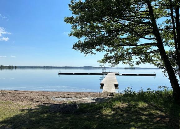 Bryggan och flytbryggan med hopptornet är det enda som är sig riktigt likt nu när badplatsen och naturcampingen vid Björknäs får en välbehövlig uppröjning eger sex års Törnrosasömn.