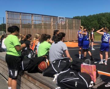 I Aktivitetsparken i Bro finns en riktigt bra utomhusplan för basket, något som uppskattas av alla basketintresserade ungdomar.
