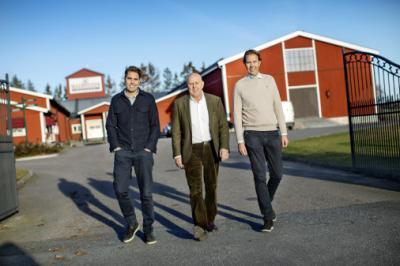 Peter Magnusson från familjeföretaget Magnusson Petfood ger Upplands-Bro kommun guldstjärna i hanteringen av förtagets bygglovsärende. Här med sönerna Jonas och Kåre Magnusson som är med och driver företaget.