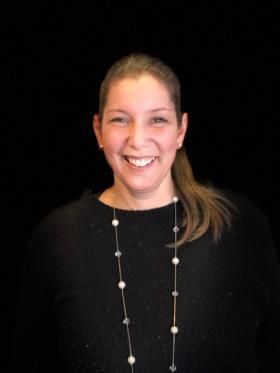 Pavlina Spanos från Kungsängens har tilldelats Pennsvärdet, Berättarministeriets pris som instiftades 2018 och som delas ut till en lärare som arbetar språkutvecklande och främjarelevernas kreativitet och kritiskatänkande.