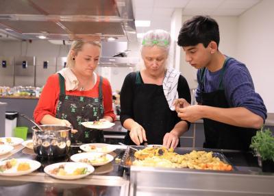 Nina och Alex lägger upp smakportioner av rotmos, rotsaker och annat gott innan Emma avslutade med lite gryta och kantarellstuvning.