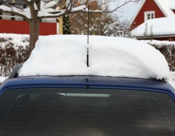 Om bilen kör iväg med snölastat tak riskerar medtrafikanterna att få en otrevlig överraskning när snösjoket lossnar i farten.