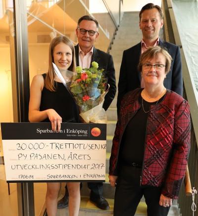 Py Pasanen, framgångsrik karateutövare och nybliven stipendiat står omgiven av Göran Hedman, Henrik Roempke och Catharina Andersson.