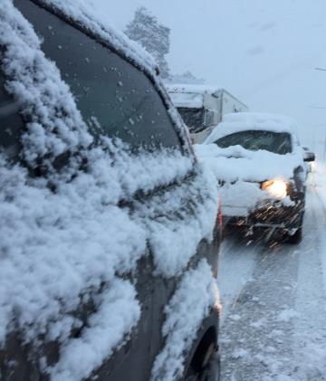 Snöiga rutor begränsar sikten. Snö på motorhuven kan dessutom täppa till luftintagen så att imma på insidan av rutorna försämrar sikten ytterligare.