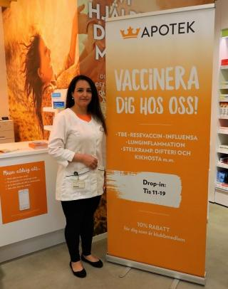 Bro-bon Kizhan Amin och hennes personal öppnade Apotek Kronan i Brunna Park för ett halvår sedan. Nu utökar de serviceutbudet och erbjuder drop-in-vaccinationer.