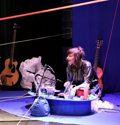 Musikern Rosali skapade ljud och musik med hjälp av många olika vardagsting. Linjaler, plastpåsar och tejp till exempel.