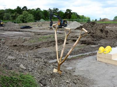 En treskaftad spade kan vara bra att ha när det är många som vill hjälpa till att gräva!