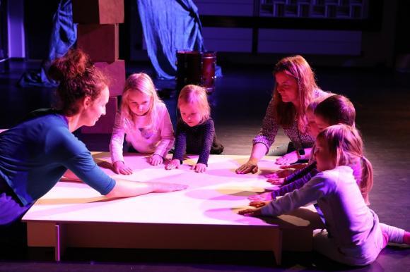 Kan ljud kännas? Visst kan det det! Här får några av barnen känna på trumljudet som skapas.