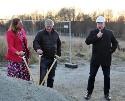Ida Texell, kommundirektör i Upplands-Bro, Martin Normark (L), förste vice ordförande i kommunstyrelsen, och Carl-Henrik Appel, regionchef på Riksbyggen.