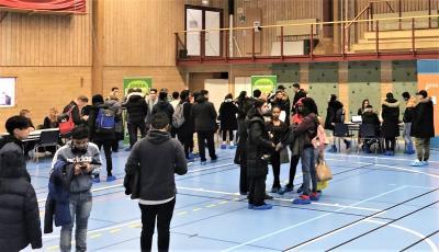 Jobbmässan hölls i sporthallen i Bro under sportlovet. Uppskattningsvis var det ett par hundra ungdomar som besökte evenemanget under dagen, som uppskattades av alla delaktiga.