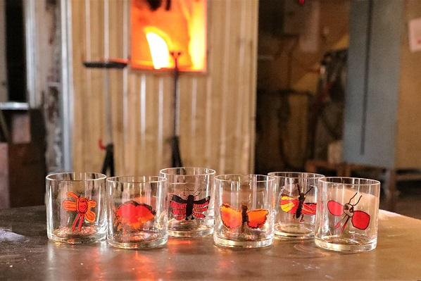 Sex olika barnteckningar har blivit sex olika trumgräshoppeglas! En fin kollektion som kommer att finnas till försäljning på Glasbolaget. Glasbolaget kommer att skänka 10 kr per sålt glas till välgörenhet.