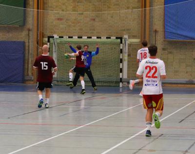 KSKs Simon Andersson, som precis innan matchstart tog emot Sparbankens ungdomsledarstipendium, var den i hemmalaget som bäst lyckades utmana Tyrolds storspelande målvakt. Totalt blev det 8 mål, många av dem på kontring.
