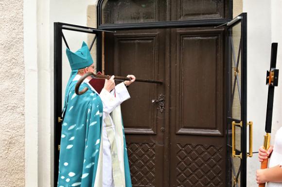 Biskop Ragnar Persenius bankade med sin kräkla (staven heter så) på kyrkporten tre gånger vid den högtidliga invigningen av Kungsängens kyrka.