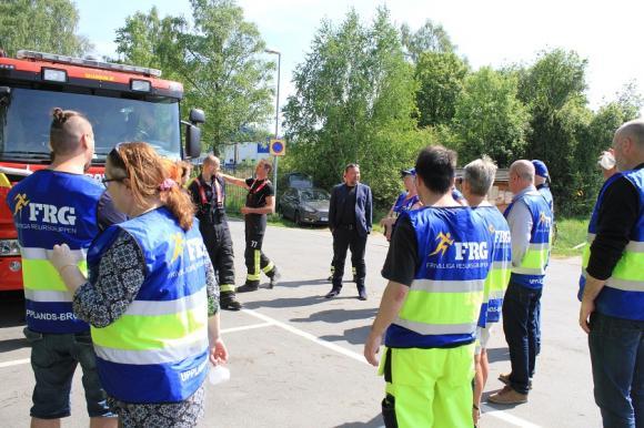 Eftersnack och utvärdering. Mats Kellberg, säkerhetschef på Upplands-Bro kommun, är nyfiken på övningsdeltagarnas tankar.