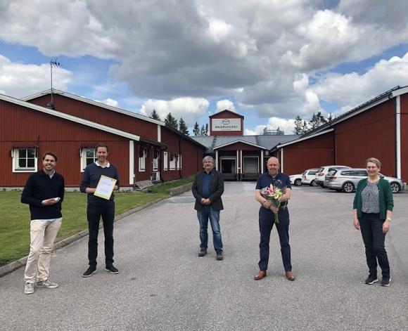 Kommunalråden Martin Normark (L) och Lisa Edwards (C) överräckte priset för Årets hållbara företag 2020 till Jonas, Kåre och Peter Magnusson på Magnusson Petfood i Bro.