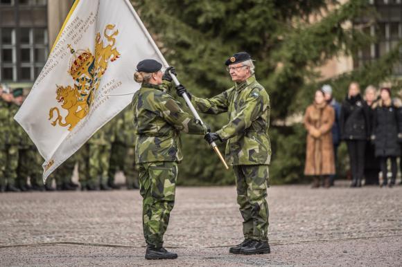 Regementeschef Laura Swaan Wrede på Livgardet i Kungsängen mottog den nya fanan vid en högtidlig ceremoni på Inre Borggården.