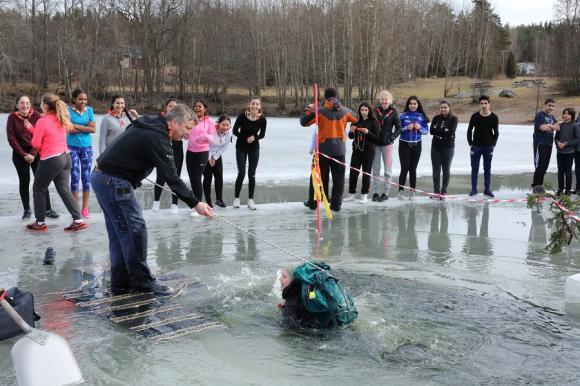 Några elever provade på att hoppa i med låne-ryggsäcken på ryggen.Med en rätt packad ryggsäck flyter man fint i isvaken.