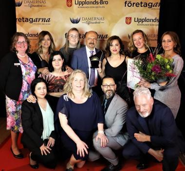 Azar Tavallali med företaget Destiny Care vann titeln Årets Företagare i Upplands-Bro. Prisutdelare var Nina Torainen från Sparbanken Enköping, Birgitta Dickson, Företagarna i Upplands-Bro och Håbo, samt Fredrik Kjos, kommunstyrelsens ordförande.
