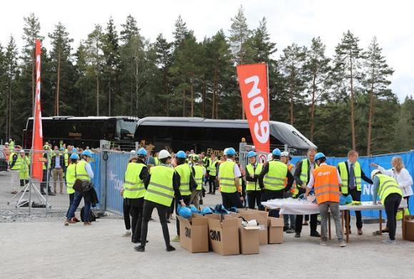 Den stora merparten av invigningsdeltagarna bussades till anläggningen. Dels gick en buss inifrån Stockholm och dels fanns en uppsamlingsplats vid Willys där gästerna som kom med bil från annat håll än huvudstaden plockades upp.