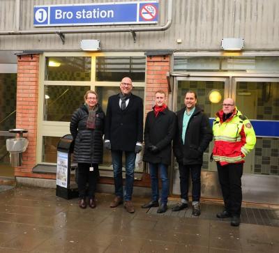 Lisa Edwards, Gustav Hemming, Alfred Askeljung (politisk sekreterare), Mattias Peterson (ordförande i C i Upplands-Bro) samt Ricard Koljo (kassör i C i Upplands-Bro) utanför Bro station.