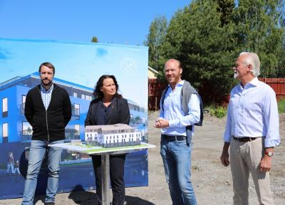 Henric Carlsson, planchef i Upplands-Bro kommun,kommunstyrelsens ordförande Camilla Janson,TryggHems VD Mikael Rosenberg, samt Lars Kristiansson, affärschef på Trygghem.