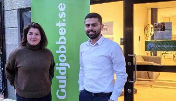 Homa Khosrawi och Moslim Akill Ali utanför Guldjobbet-kontoret i Bro C där de just startat ett stöd- och matchningsföretag.