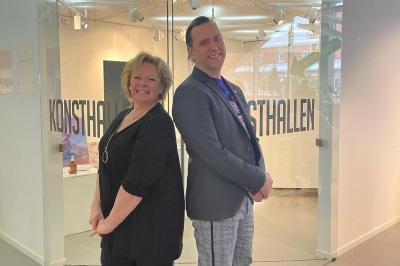 Tina Närefors, sekreterare i föreningen Konstformer som håller i vårsalongen och Mattias Peterson (C), kultur- och fritidsnämndens ordförande.