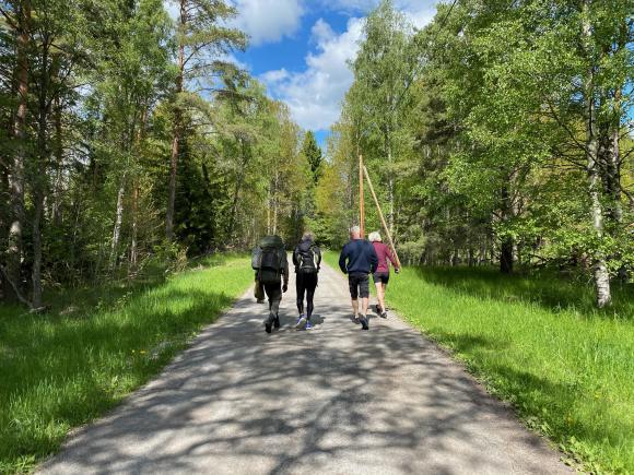 Tahaa och Elins föräldrar, Fredrik och Liv, samtalar en bit längs vägen.