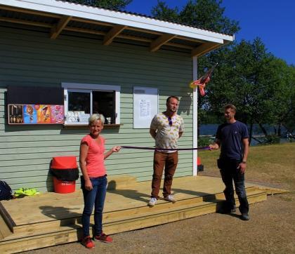 Invigningsbandet var för dagen lila och hölls upp av Helena Hjellström och Anders Holmström. <br />