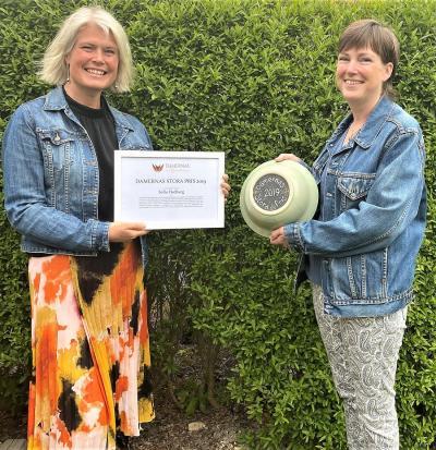 Undertecknad tillsammans med en mycket stolt och glad pristagare. Den specialdesignade skålen, som den lokala keramikern Susanne Danielsson skapat har en minnesinskription i botten.