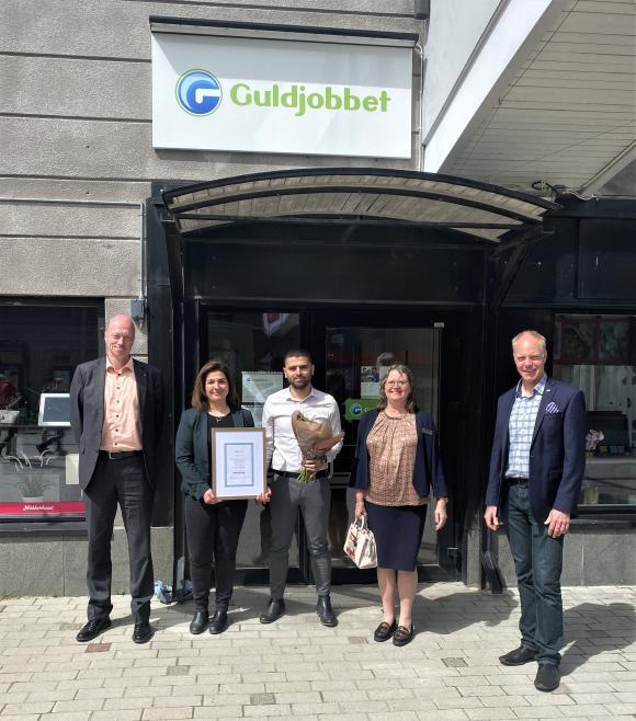 Årets Nyföretagare heter Homa Khosrawi och Moslim Ali Akill. Uppvaktade gjorde Rolf Dickson Könberg,från Galasponsorn Kintore Kompetens, samt Birgitta Dickson och Mattias Kranz, från Företagarna Upplands-Bro.