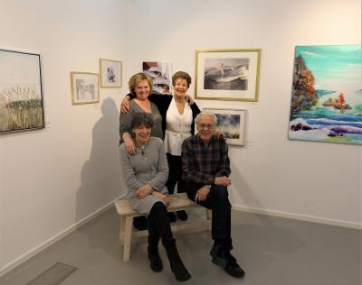 Konstformers rutinerade Hänga-utställningar-kvartett består av Tina Närefors och Marianne Keyzer (stående) samt Mona Setzer och Lars Eriksson (sittande).