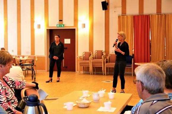 Bland annat pratade Åsa Regnér om hur viktigt det är att personalen inom äldreomsorgen får drägliga arbetsvillkor och att statusen för yrket måste höjas. Hon berättade även om sin egen erfarenhet som nära anhörig till en person med minnessjukdom och om hur viktigt det är att anhöriga får stöd och utbildning.