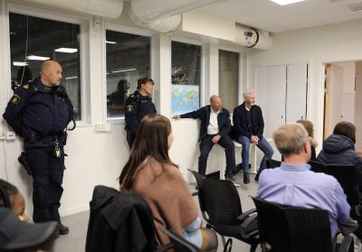 Diplomutdelningen lockade finbesök. Polisen och Räddningstjänst var på plats, liksom representanter från kommunen, fritidsgården och Fryshuset.