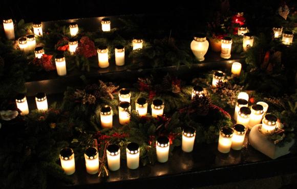 Arkivbild. Minneslunden vid Kungsängens kyrka i Allhelgonatid.