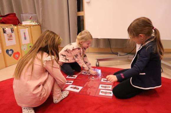 Här förevisar Molly, Klara och Alicia hur man programmerar robotarna. Självklart finns trumgräshoppan med!