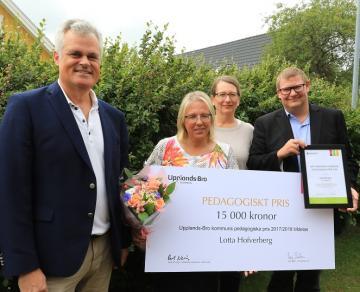 Kaj Bergenhill (M), Lisa Edwards (C) och Rolf Nersing (S) sitter i kommunens Utbildningsnämnd och var dagens budbärare och prisutdelare. Lotta Hofverberg driver Brunna Skogstroll tillsammans med kollegan Malin.