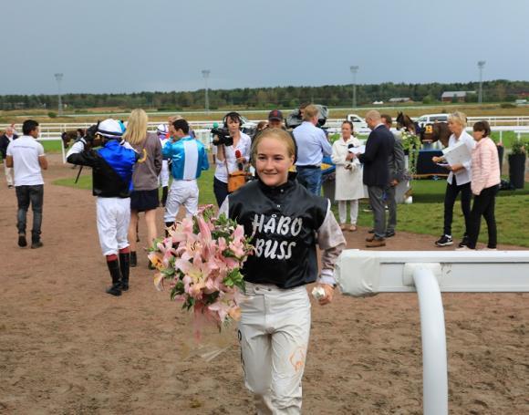 Josefin Landgren heter världens bästa kvinnliga jockey! Blöt av regnet men mycket glad tog hon emot applåder och gratulationer.