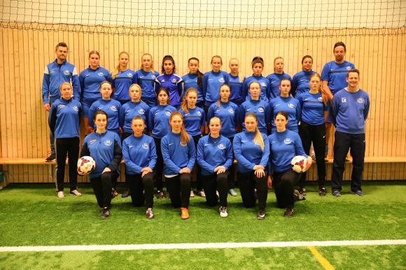 Kungsängens IF startade ett damfotbollslag inför säsongen 2016-2017. Laget växer stadigt och har just nu drygt 30 spelare. Stora delar av truppen och fyra av fem ledare var på plats under den träning UBRO besökte i fotbollshallen i Bro en februarikväll.